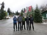 Ala-Archa otelinin önünde, Oleg-Misha-Oleg-Pavel